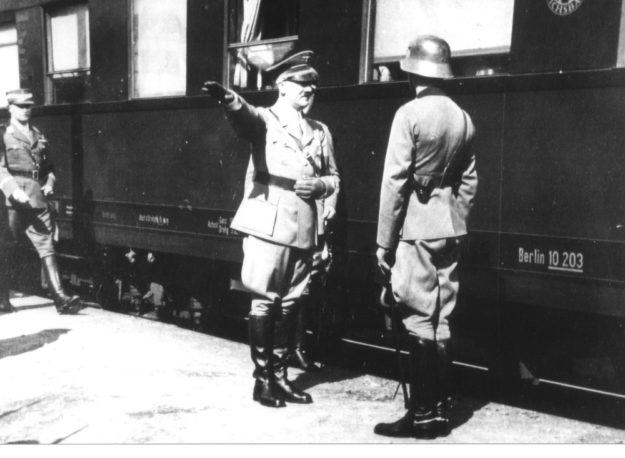 Reichskanzler Hitler bei der Ankunft am Zennerschen Bahnhof. Archivbild: T. Schattner