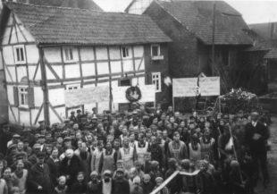 Der Führerkult erfasste die gesamte deutsche Gesellschaft. Bewohner Udenborns kurz vor Paradebeginn. Archivbild: T. Schattner