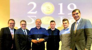 Von links: Landrat Winfried Becker, Dirk Eschinger von der Polizeidirektion Homberg (Efze), Thomas-Josef Bischof, Henri Vollbrecht und Sven van Wees, Bürgermeister Hartmut Spogat. Foto: nh