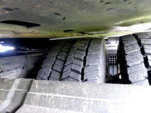 Katastrophal: Auf der Radinnenseite ist das Profil um 3 cm tiefer ausgefahren. Foto: Polizei