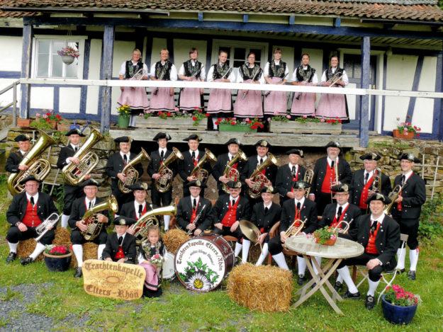Die Trachtenkapelle Elters/Rhön bietet alelin mit Blasmusik und Tanz schon die Hälfte Mosch. Foto: nh