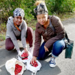Genet und Almaz sammelten im Rahmen des WIR-Projekts im Herbst Hagebutten,  die jetzt zu Tee und Marmelade verarbeitet und an die Tafel in Ziegenhain gespendet werden. Foto: Arbeit und Bildung e.V.