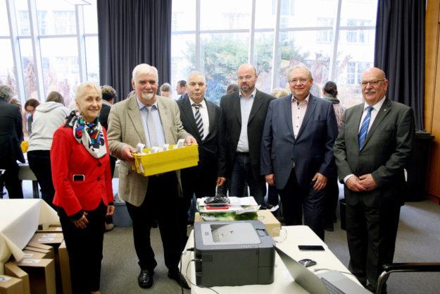 Die Mitglieder der IHK-Wahlkommission (v.li.) Heidi Hornschu-Baumbach, Detlef Kümper (Vorsitzender), Wolfgang Wiese, Stefan Bönning, Marc Robert Mensing und Walter Blum eröffneten die Auszählung. Foto: nh