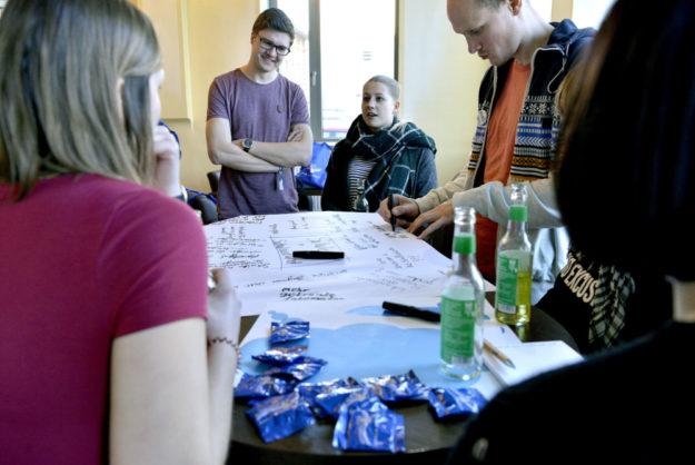 So wie im World Café (unser Bild) hatten die Jugendlichen in zahlreichen weiteren Workshops Gelegenheit zum Austausch wichtiger Gedanken. Foto: nh