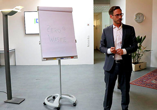 Sebastian Härtig, Geschäftsführer bei der Bernecker Tochter Die Pharmadrucker präsentiert das Konzept »Zero Waste«. Foto: Bernecker