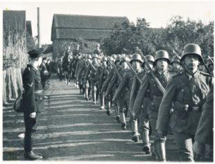 Aufmarsch von Wehrmachtssoldaten in der Udenbörner Straße in Zennern. Foto: Günther Döring, Zennern