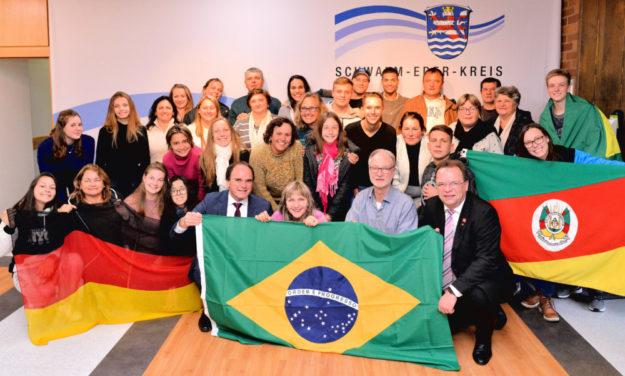 Die brasilianische Reisegruppe mit (vo., v. li.) Volker Neumann (FSC Guxhagen), Lehrerin Sonia Rambo, Ulrich Muschik (FSC Guxhagen) und Landrat Winfried Becker. Foto: nh