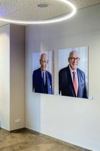 Die Porträts auf Acryl der beiden früheren Präsidenten hängen im Haus der Wirtschaft. Foto: IHK