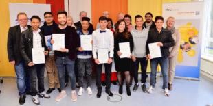 Die erfolgreichen Absolventen des Hauptschulkurses der VHS Schwalm-Eder nach der Zeugnisübergabe. Foto: nh
