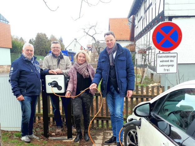 Bildunterschrift von links nach rechts: Karl-Walter Eberlein, Reinhold Corell, Kirsten Rockensüß, Bürgermeister Heinrich Vesper. Foto: nh