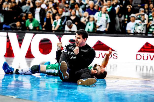 Szene mit Symbolgehalt: MT-Torwart Nebojsa Simic obenauf, der Gegner liegt dahinter am Boden. Foto: Alibek Käsler