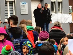 Vizelandrat Kaufmann ermutigt die Klima-Demonstranten zum Protest. Foto: nh
