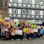 Zur Kundgebung »Fridays for Futuer« hatten sich in Homberg mehr Menschen versammelt, als von den Veranstaltern erwartet. Weitere Demos sollen folgen. Foto: nh