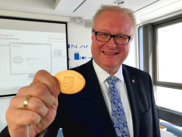 Finanzminister Dr. Thomas Schäfer sähe die Steuerfahnder gern mit ähnlichen Mitteln ausgestattet, wie die Leute vom Zoll. Foto: HMdF
