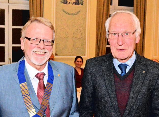 Lions-Präsident Wilfried Marställer mit Dr. Karl Wetekam (v.li.), der seit 50 Jahren Mitglied des Serviceclubs ist. Foto: Reinhold Hocke