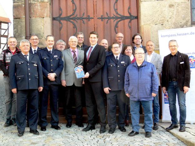 Die Teilnehmer der kleinen Feierstunde in Homberg. Die Stadt ist nach Gudensberg die zweite Schwalm-Eder-Kommune im KOMPASS-Programm. Foto: Polizei