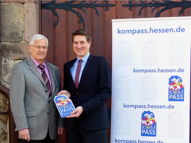 Polizeipräsident Konrad Stelzenbach überreicht das Begrüßungsschild an Bürgermeister Dr. Nico Ritz (re.). Foto: Polizei