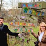 Matthias Nölke und Wiebke Knell zu Besuch auf dem Kinder- und Jugendbauernhof. Foto: nh