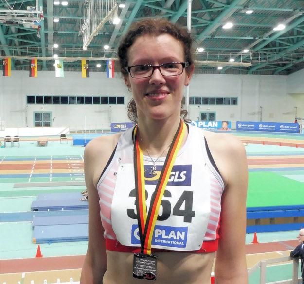 Siegerehrung. Luise Zieba (li. )stand auf dem 2. Platz über 3.000 m in Halle. Foto: nh