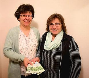 Spendenübergabe: Gisela Tirpitz von der Selbsthilfe und Claudia Thiel (li.) vom gleichnamigen Sanitätshaus. Foto: nh