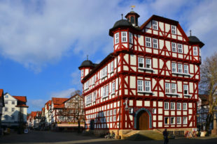 Fachwerk-Kunst vom Feinsten: Das Melsunger Rathaus. Foto: Schmidtkunz