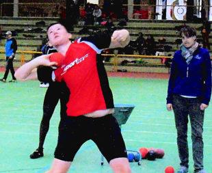 Mit seiner Steigerung im Kugelstoßen auf 14,56 m beeindruckte der 14-jährige Luis Andre in der Herrenwaldhalle in Stadtallendorf. Foto: nh