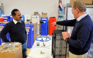 Prof. Dr.-Ing. Franz-Bernd Frechen (re) erläutert Reverend Paul Shindhe die Funktionsweise von PAUL. Foto: nh