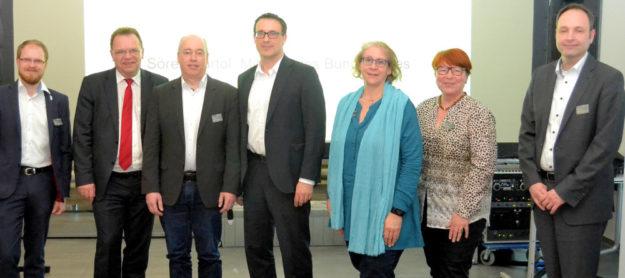 Die Netzwerker (v. li.): Sebastian Tischer (Regionalmanagement), Landrat Winfried Becker, Klaus Degenhardt (WEKAL), Sören Bartol (mdB), Gabriele Stützer (OloV-ReKo), Doro-Thea Chwalek und Dr. Thomas Fölsch (beide IHK Kassel-Marburg). Foto: Wenke Uchtmann