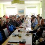 Aufmerksam hören die Teilnehmerinnen und Teilnehmer dem Lehrgangsleiter Dirk Schade zu. Die Fortbildung der Sportwarte schloss mit einer Prüfung ab. Foto: Eifert