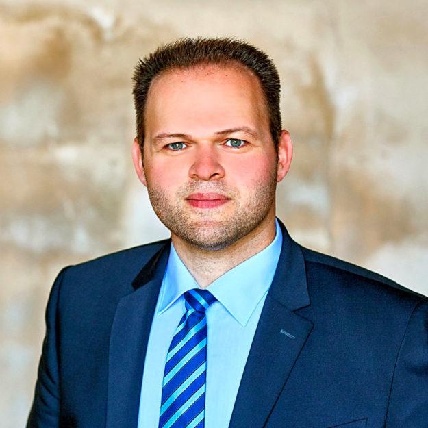 Engin Eroglu, EU-Abgeordneter und Landesvorsitzender FREIE WÄHLER, bemängelt ein wenig umsichtiges Konzept zum Erhalt von Wallgraben und Festung. Foto: nh