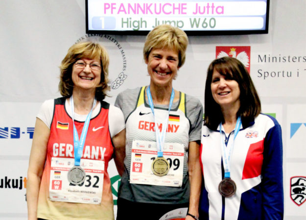Jutta Pfannkuche steht bei der Siegerehrung oben. Foto: nh