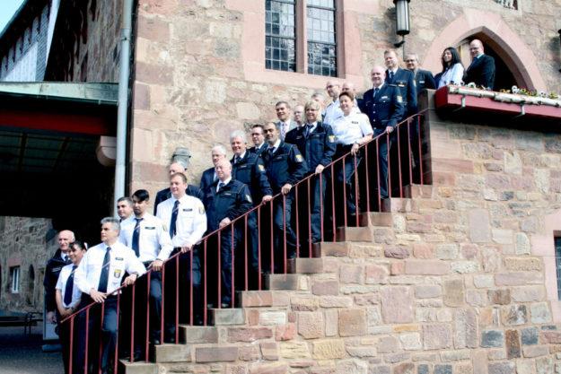 Das Foto zeigt die Freiwilligen Polizeihelfer/-innen und Verantwortlichen der Polizei und Kommunen. Foto: Polizei