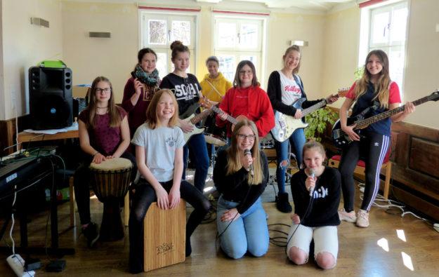 Die Teilnehmerinnen von »Rock me babe« im Proberaum. Foto: nh
