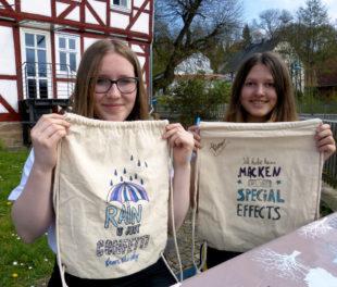 Mailin und Kira mit ihren selbst gestalteten Turnbeuteln, die während der Musikpausen entstanden sind. Foto: nh