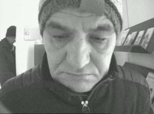 Der mögliche Dieb bei der Arbeit. In mehreren Bundesländern hat mutmaßlich dieser Mann mithilfe einer gestohlenen EC-Karte Geld an sich gebracht. Foto: Polizei
