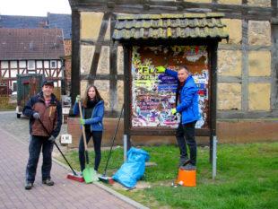 Von der Info-Tafel im Ort müssen die vorjährigen Veranstaltungshinweise ab. Foto: Andreas Göbel