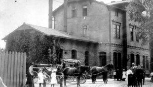 Der Homberger Bahnhof um 1900 mit den Pferdedroschken. Archivbild: Dr. Klaus Lambrecht, Homberg