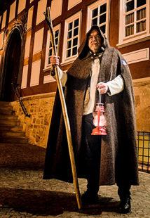 Wer dem Nachtwächter folgt, kann die dunklere Seite der Stadt entdecken. Foto: Kultur- & Tourist-Info Melsungen