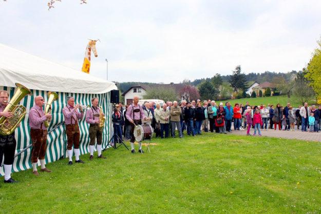 Maifest mit Blasmusik und Tombola. Foto: nh