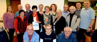 Von 26 geehrten Vereinen waren 15 Vertreter/innen anwesend und stellten sich mit dem Sportwart des Sportkreises Schwalm-Eder, Markus Reckziegel (re.) dem Fotografen. Foto: Günter Brandt