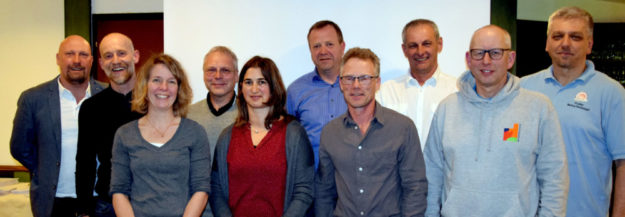 Vertreter/innen nahmen die Auszeichnung stellvertretend für ihre Schulen in Empfang und stellten sich mit dem Sportwart des Sportkreises Schwalm-Eder, Markus Reckziegel (rechts) dem Fotografen. Foto: Günter Brandt
