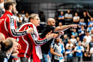 Trainer Heiko Grimm und links neben ihm Domagoj Pavlovic und Dimitri Ignatow. Foto: Alibek Käsler