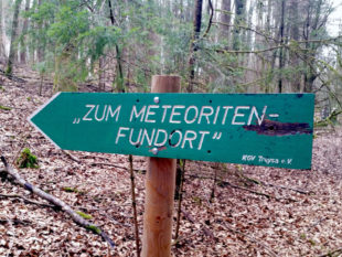 Der Wegweiser zum Metoeriten-Fundort. Foto: Stadt Schwalmstadt