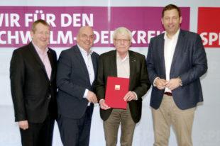 Günter Rudolph, MdL, Dr. Edgar Franke, MdB, Gerd Höfer, Ehrenvorsitzender der SPD Schwalm-Eder und Lars Klingbeil, MdB, SPD-Generalsekretär (v.li.). Foto: nh