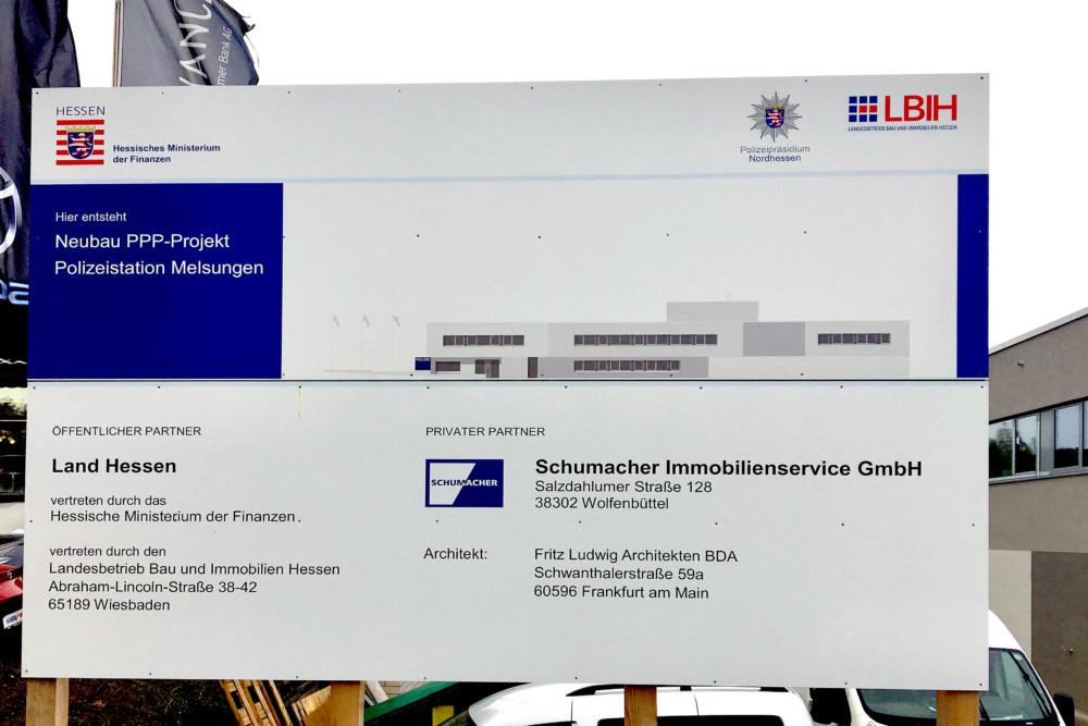Bauschild an der neuen Polizeidienststelle in Melsungen. Foto: Schmidtkunz