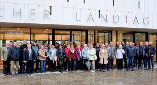 Wiebke Knell mit ihrer Besuchergruppe vor dem Hessischen Landtag in Wiesbaden. Foto: nh