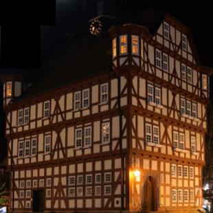 Das Melsunger Rathaus bei Nacht. Foto: nh