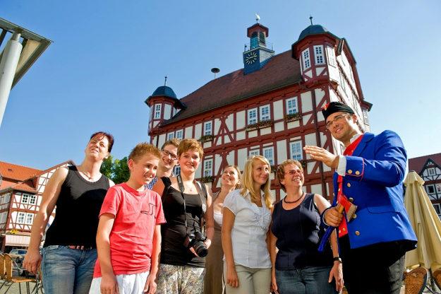 Mit dem Bartenwetzer durch die Altstadt. Foto: Kultur- & Tourist-Info
