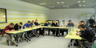 Auszubildende der Firma Ehring Markenmöbel und AKH Antriebstechnik beim gemeinsamen Workshop. Foto: Pfeil