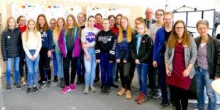 Die Teilnehmerinnen am Girls' Day 2019 mit Erstem Kreisbeigeordneten Jürgen Kaufmann und den Organisatorinnen Bärbel Spohr, Julia Grunewald-Discher und Ann-Kathrin Bühn in der neuen Leitstelle. Foto: nh